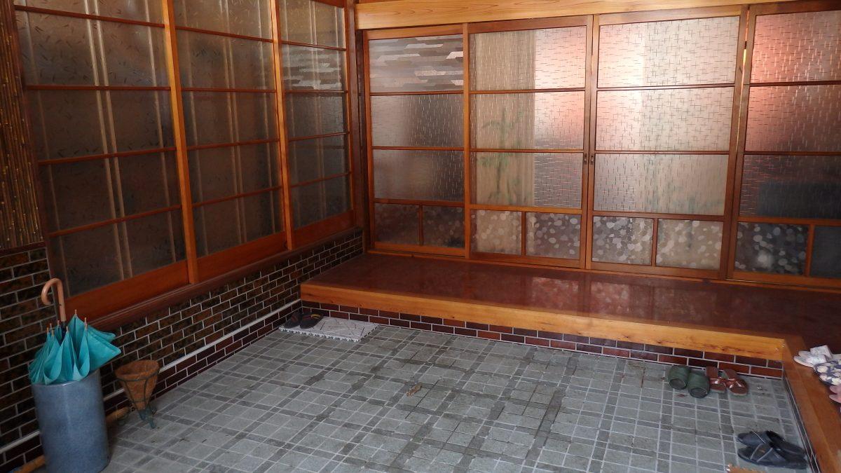 古民家の玄関の改修前