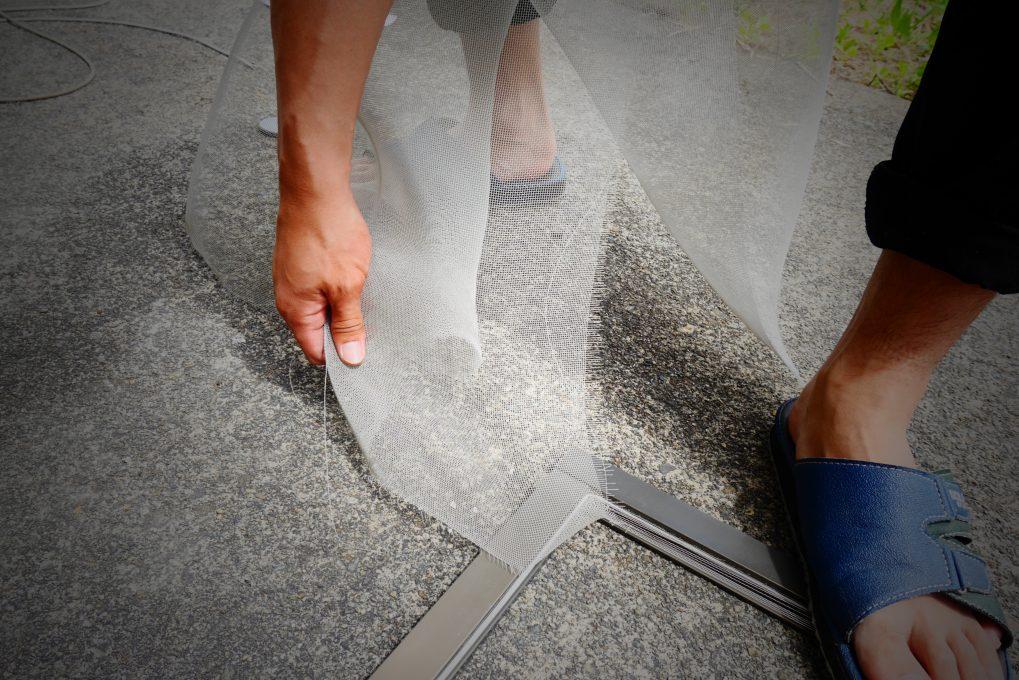 網戸張り替え修理の工程 STEP1:まずは古い網とゴムを外してお掃除