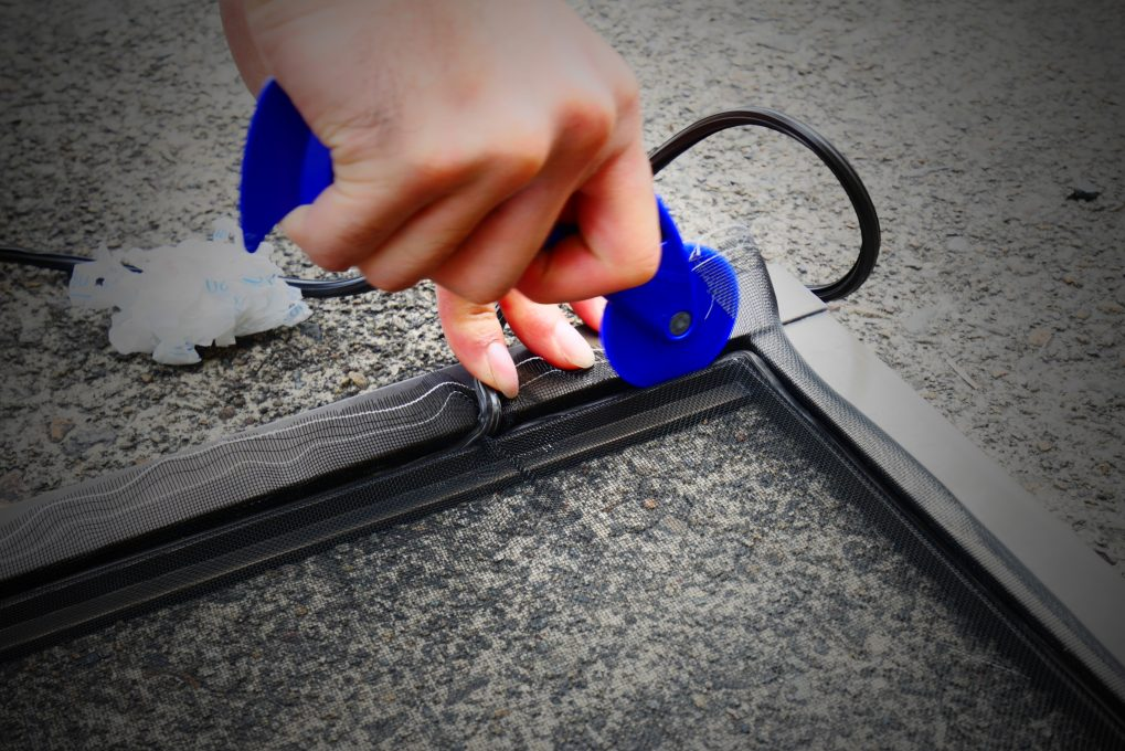 網戸張り替え修理の工程 STEP3:冊子へのゴムの押し込み2