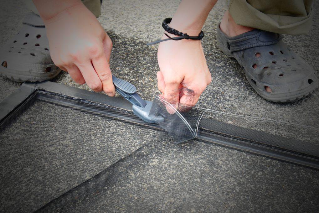 網戸張り替え修理の工程 STEP4:余分な網のカット