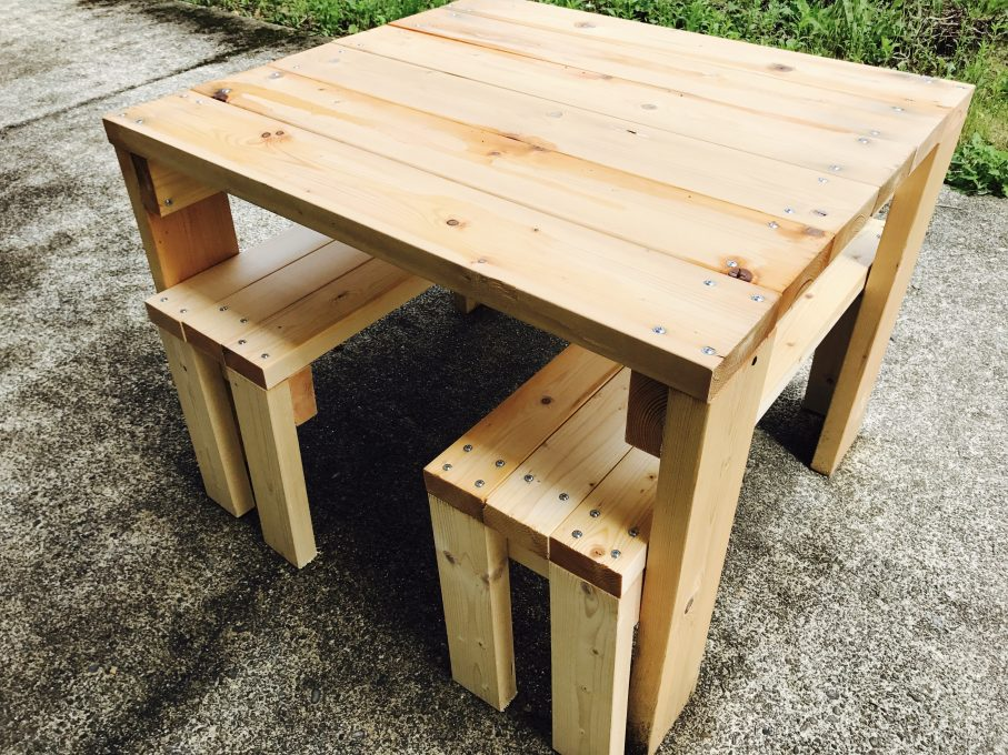 DIYしたベンチとテーブル