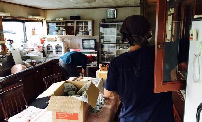 古民家のキッチンを清掃