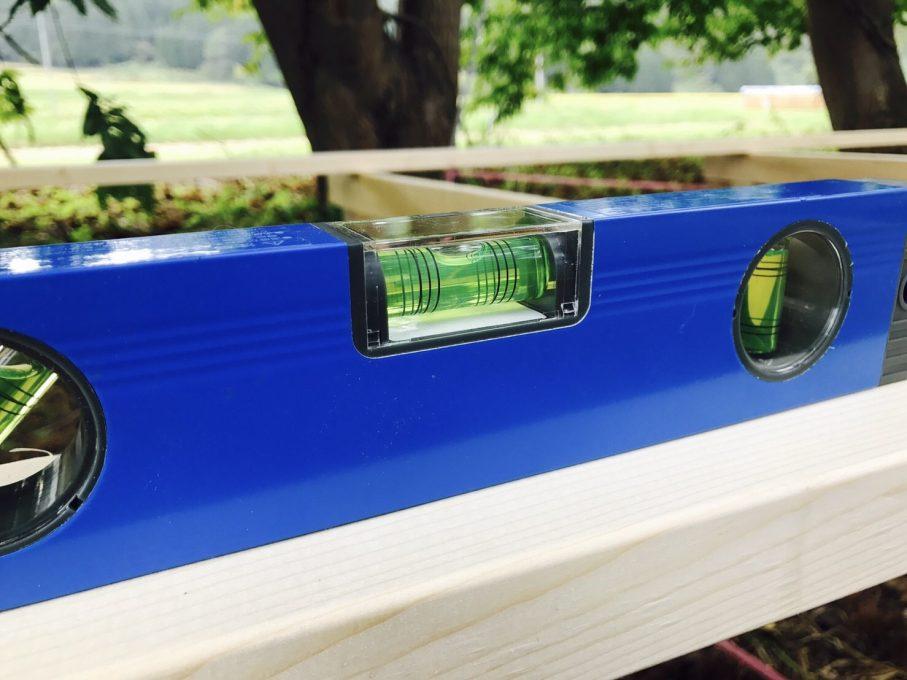 水平器でウッドデッキの平行を測る