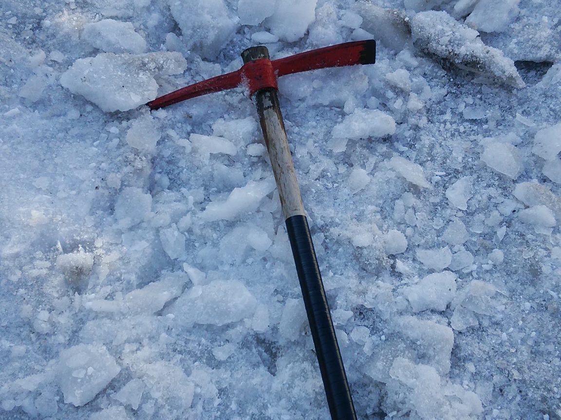 氷になってしまった雪に【つるはし】