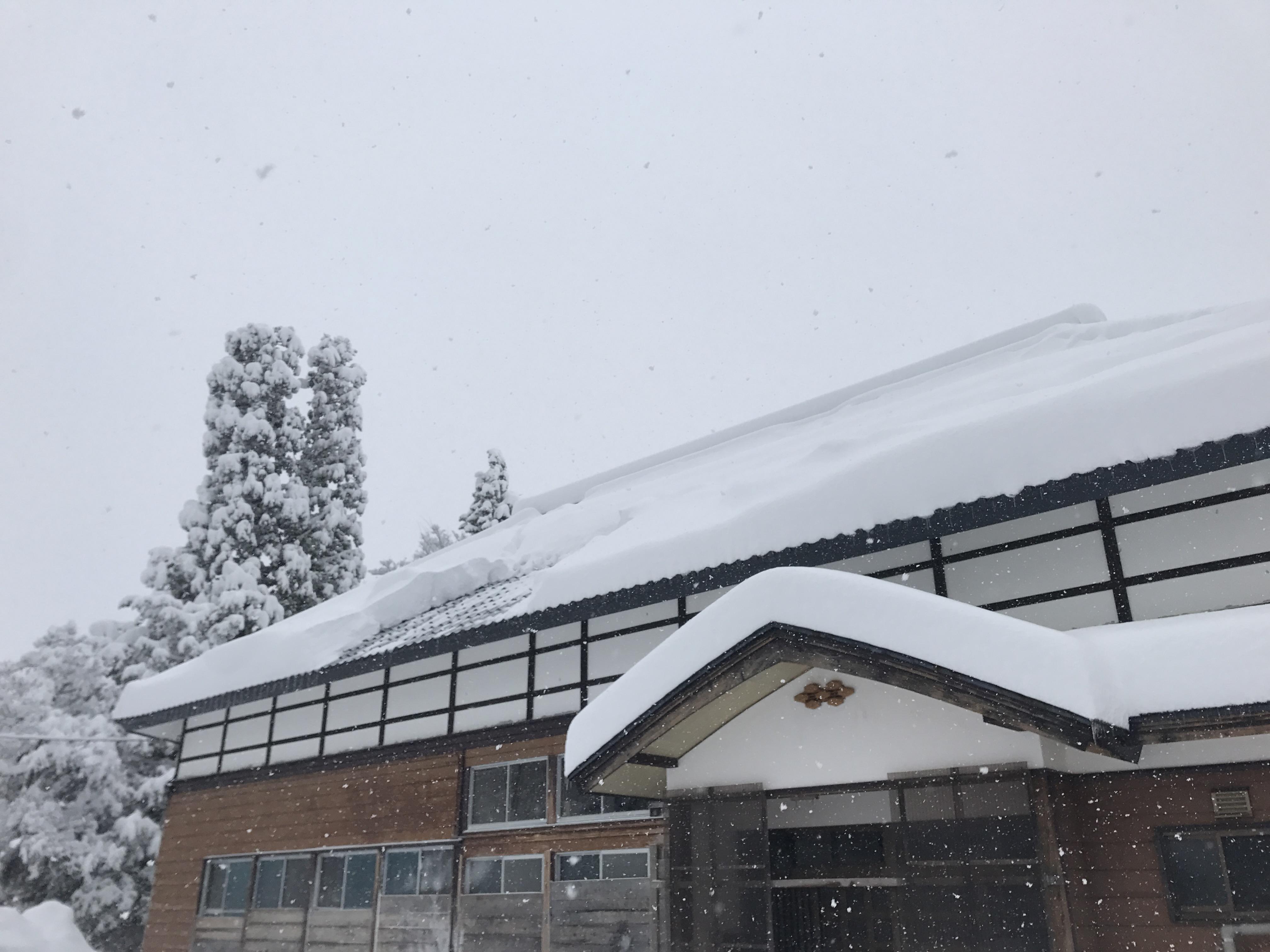 屋根から落ちる雪