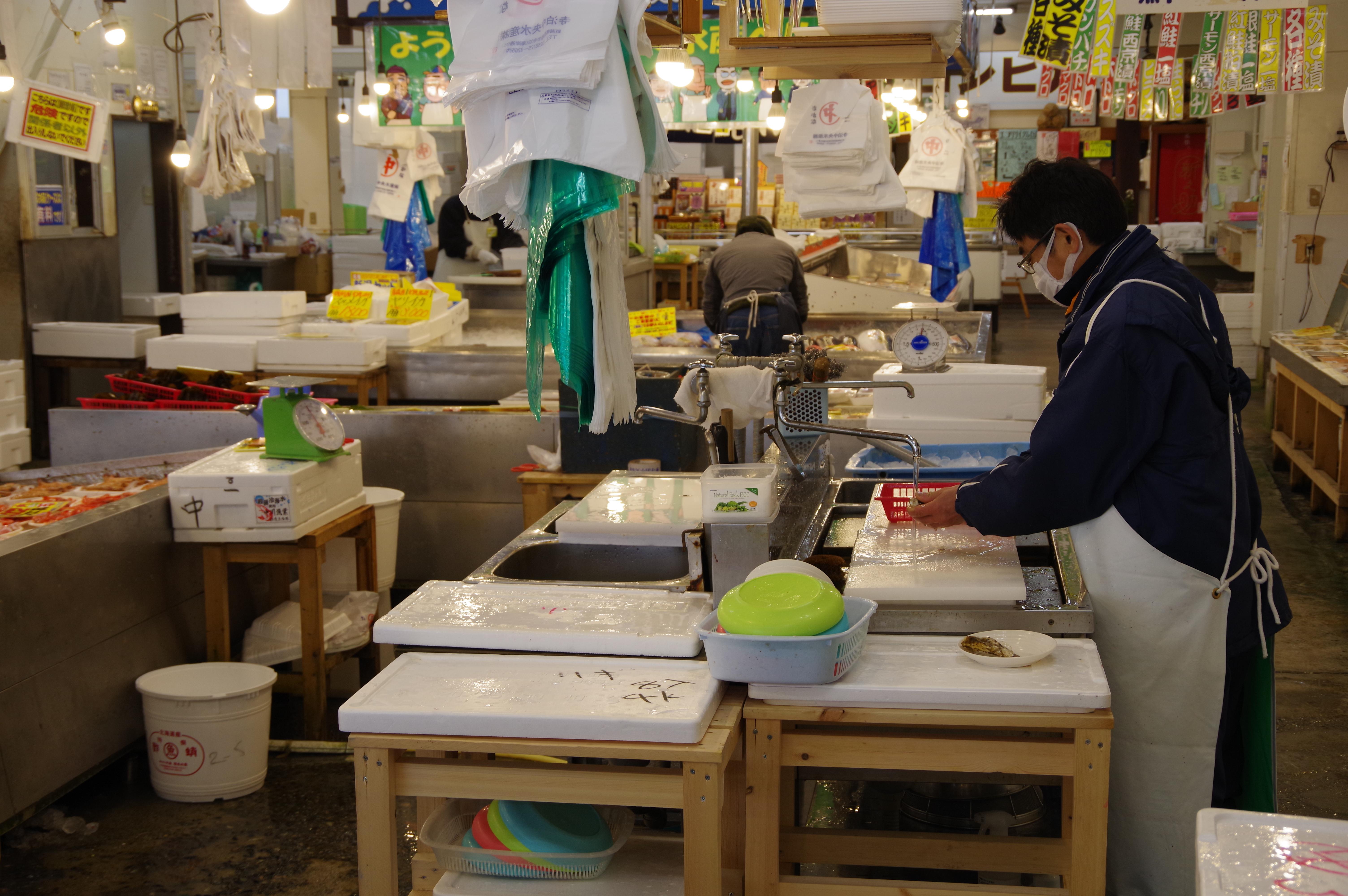 新潟県寺泊のカキを殻を取る所
