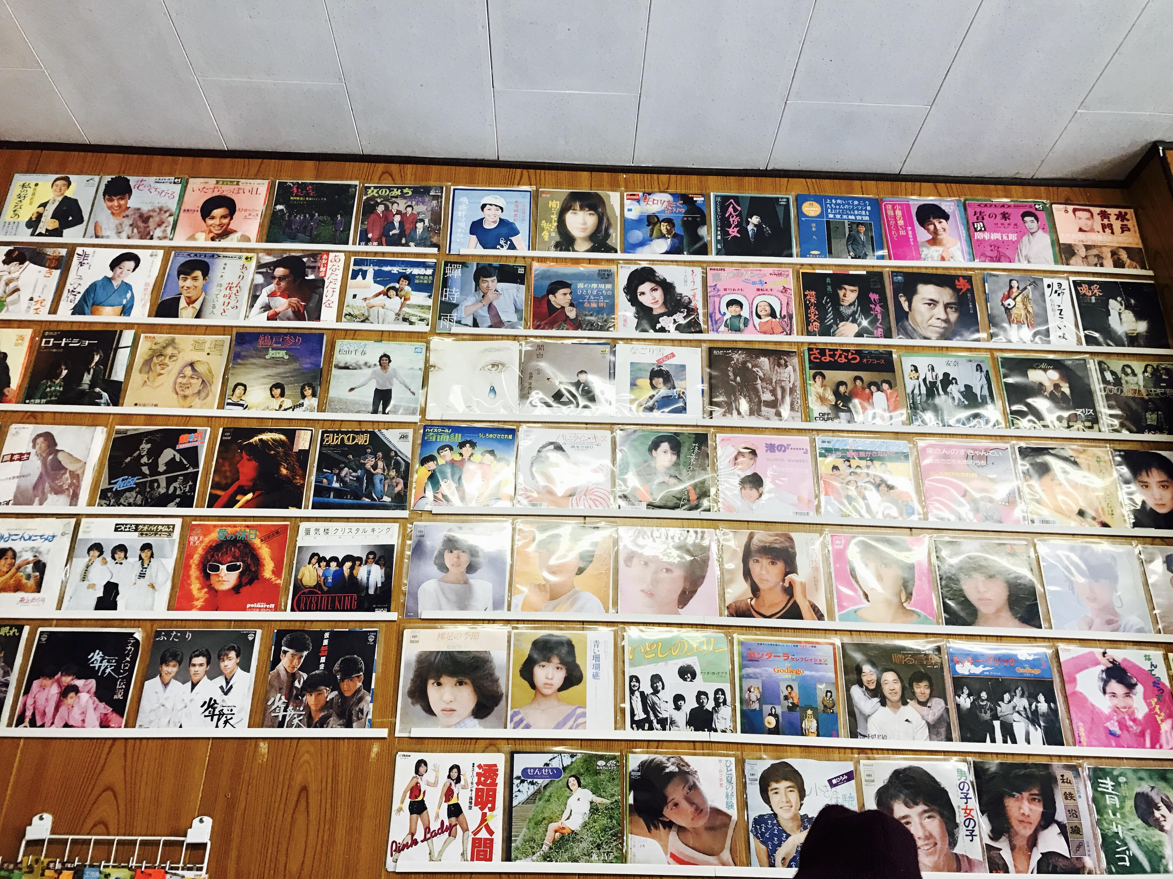 本屋食堂玉小前 阿部書店の壁のレコード