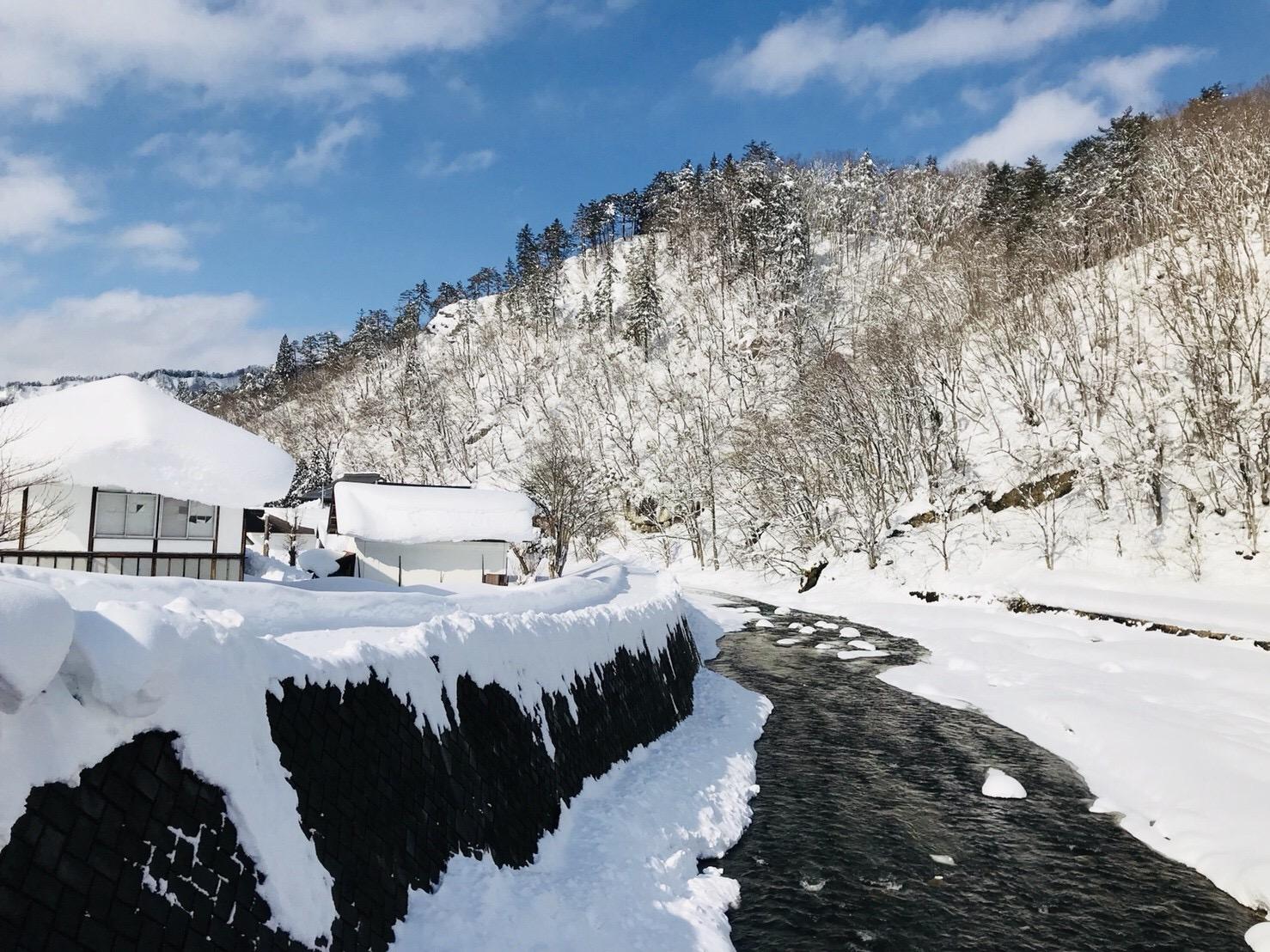 冬の昭和村野尻川の雪景色