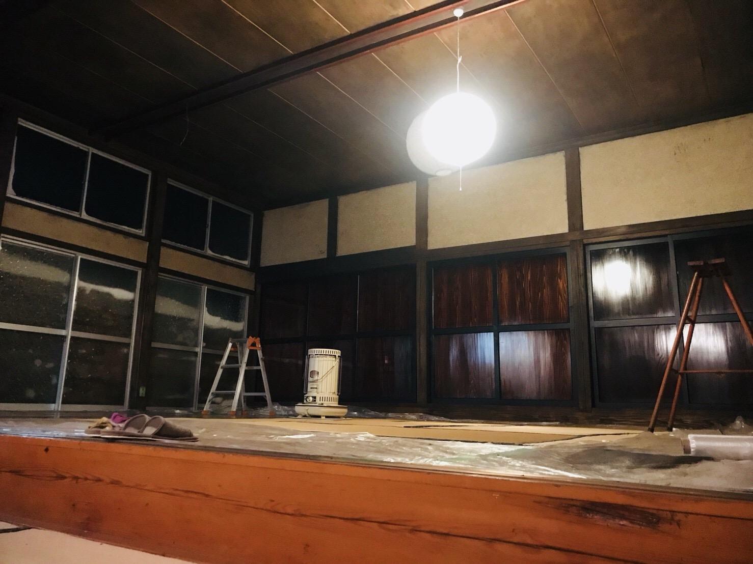 松煙と弁柄で古民家の柱・天井を塗装