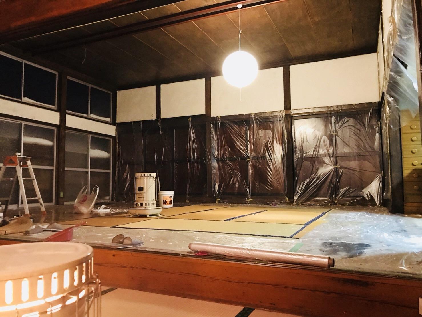 古民家の壁を漆喰で塗る