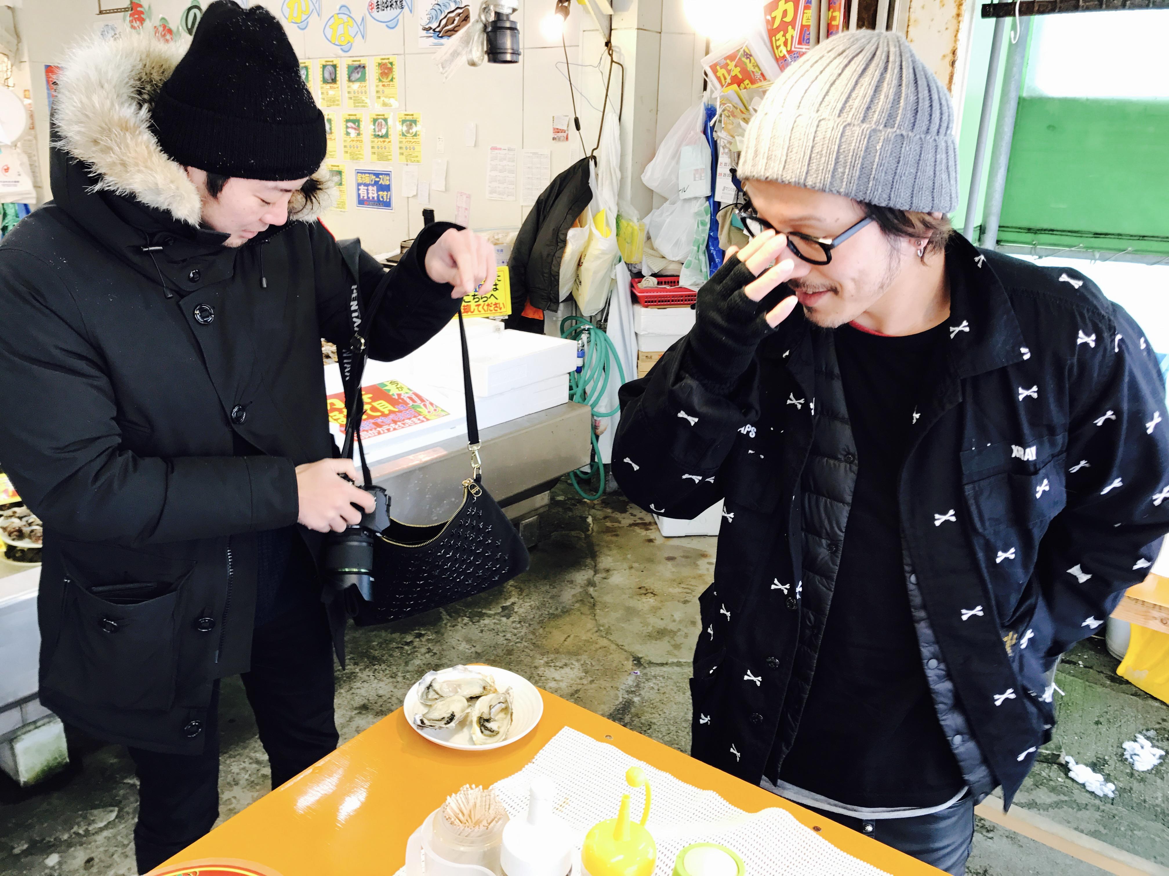 新潟県寺泊のカキを食べる