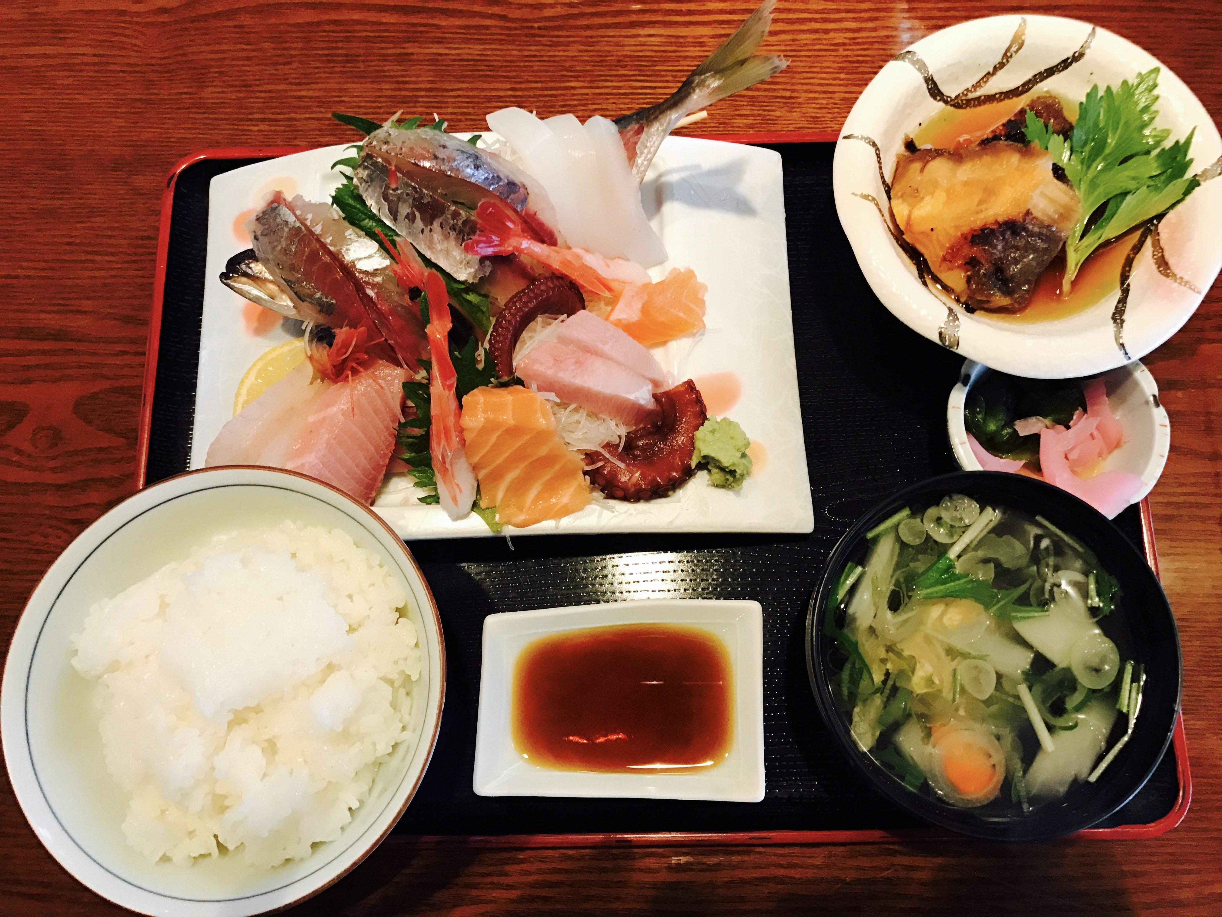 新潟県寺泊の料亭さざえの刺身定食