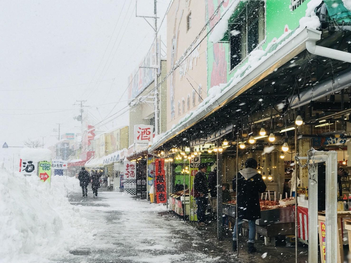 新潟県寺泊の魚市場通り
