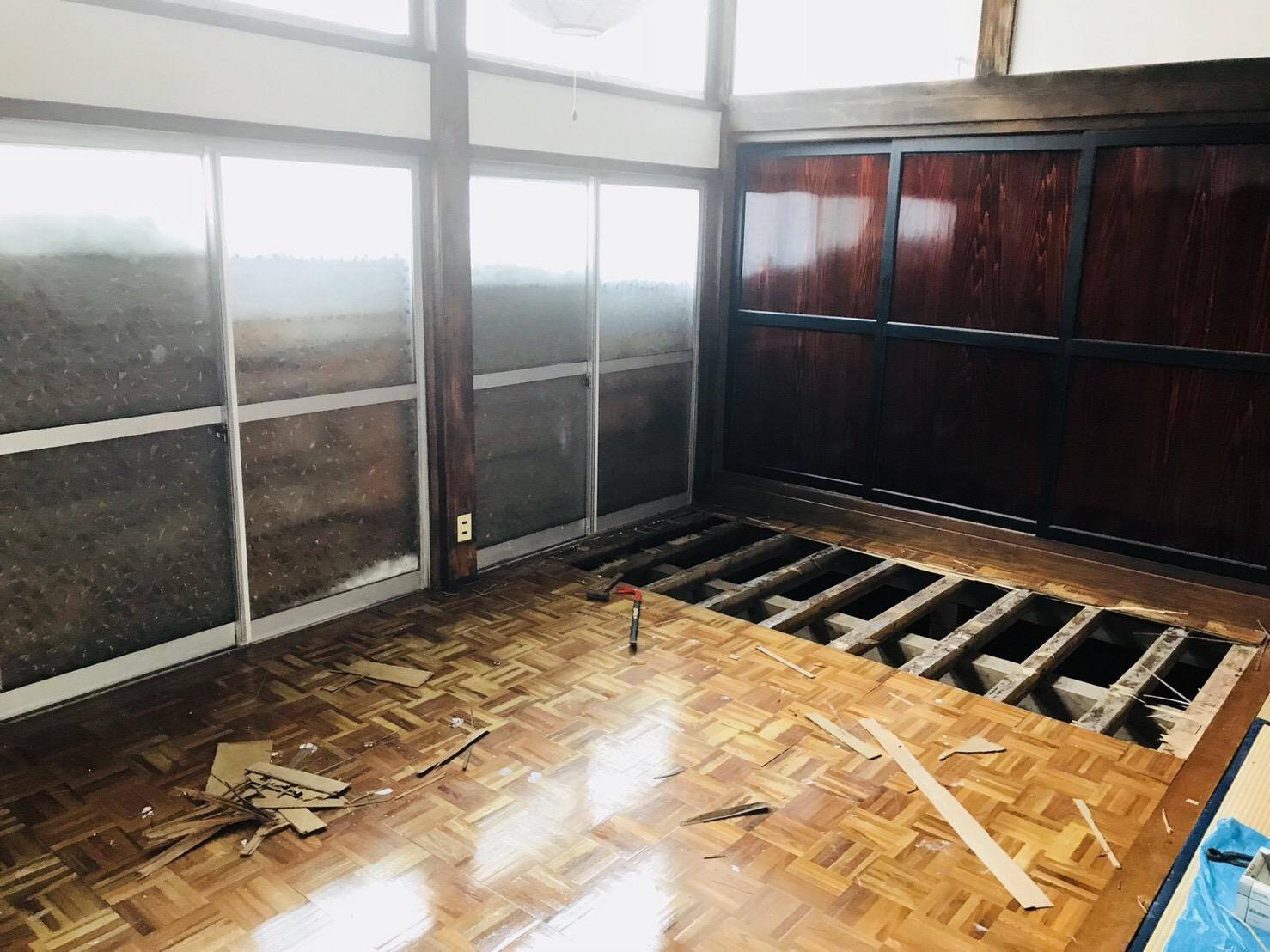 バールで床を解体