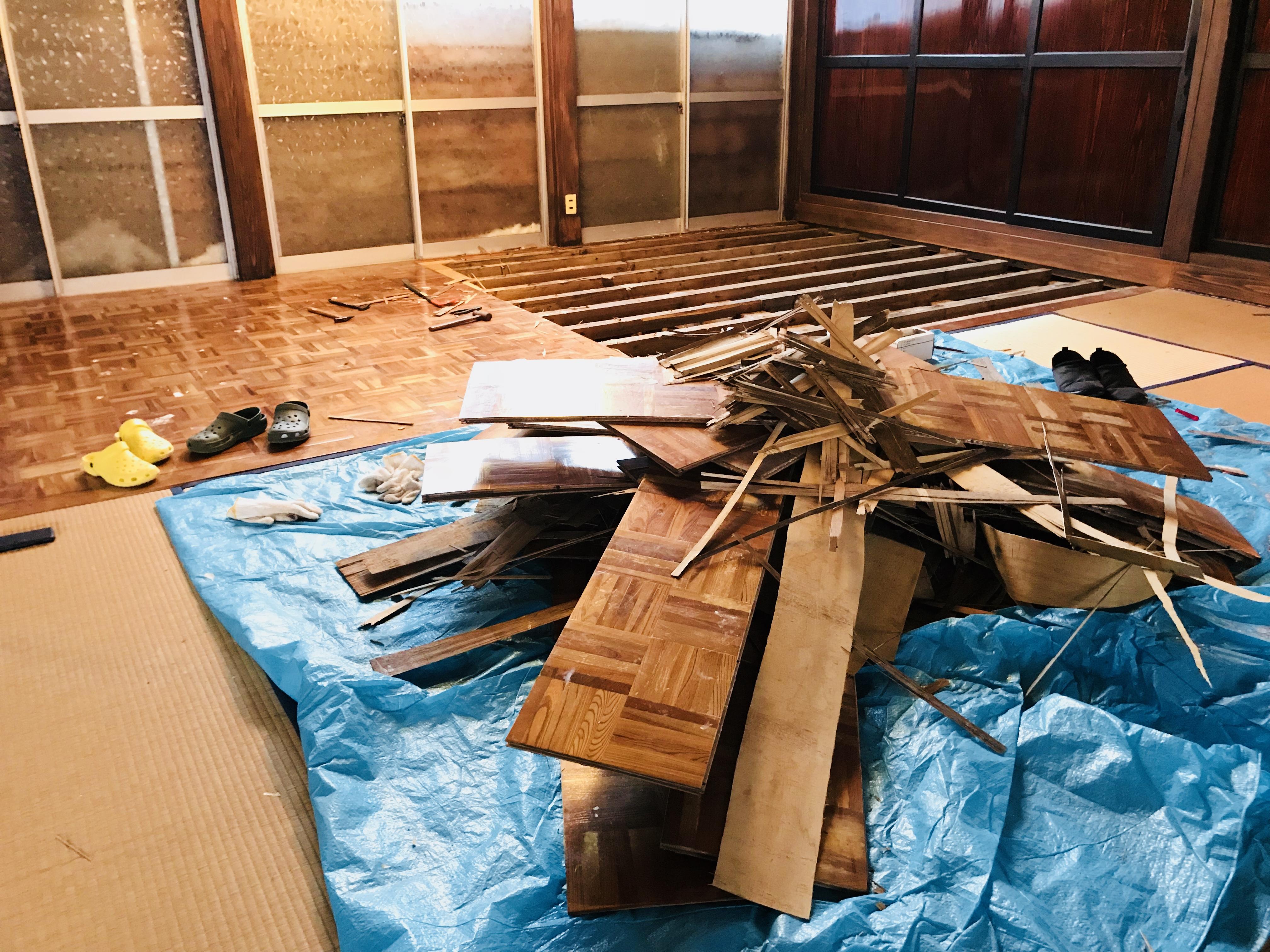 古民家の床の解体作業