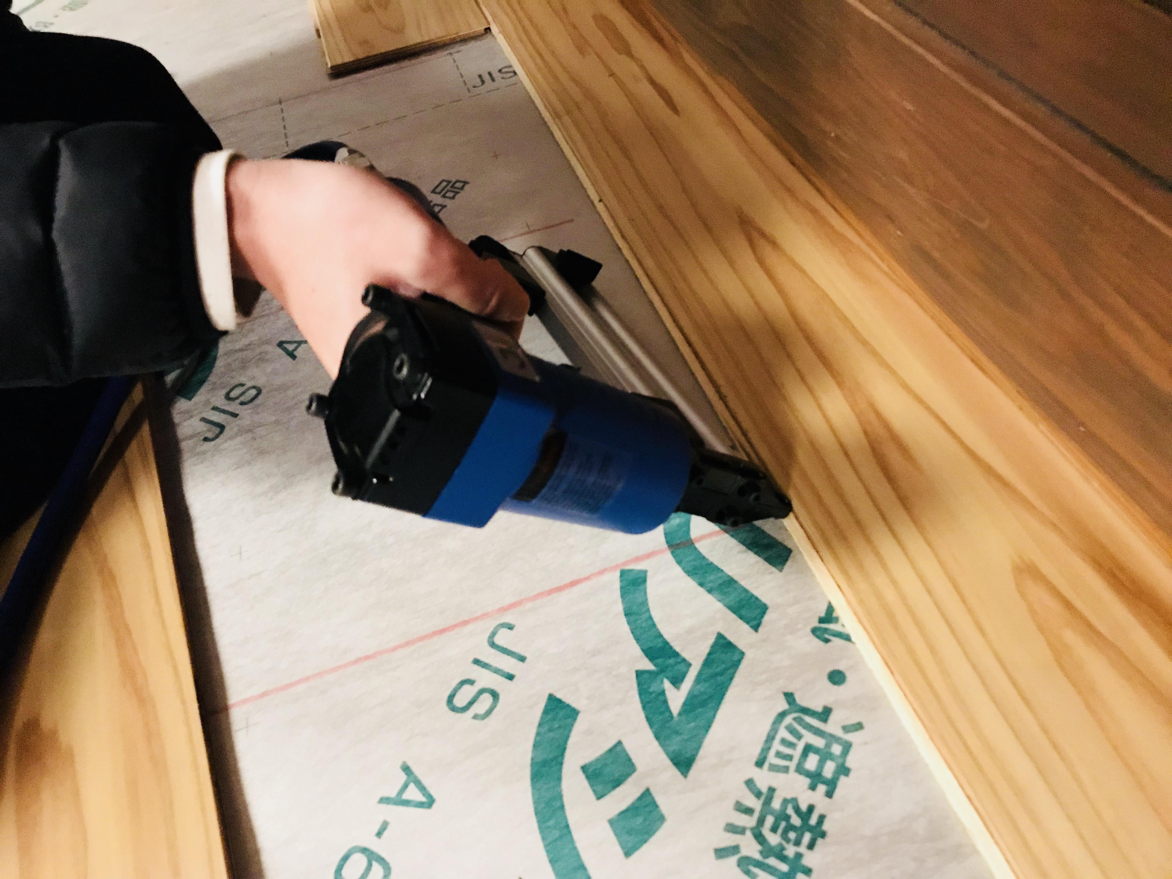 フィニッシュネイラーで床材を固定する