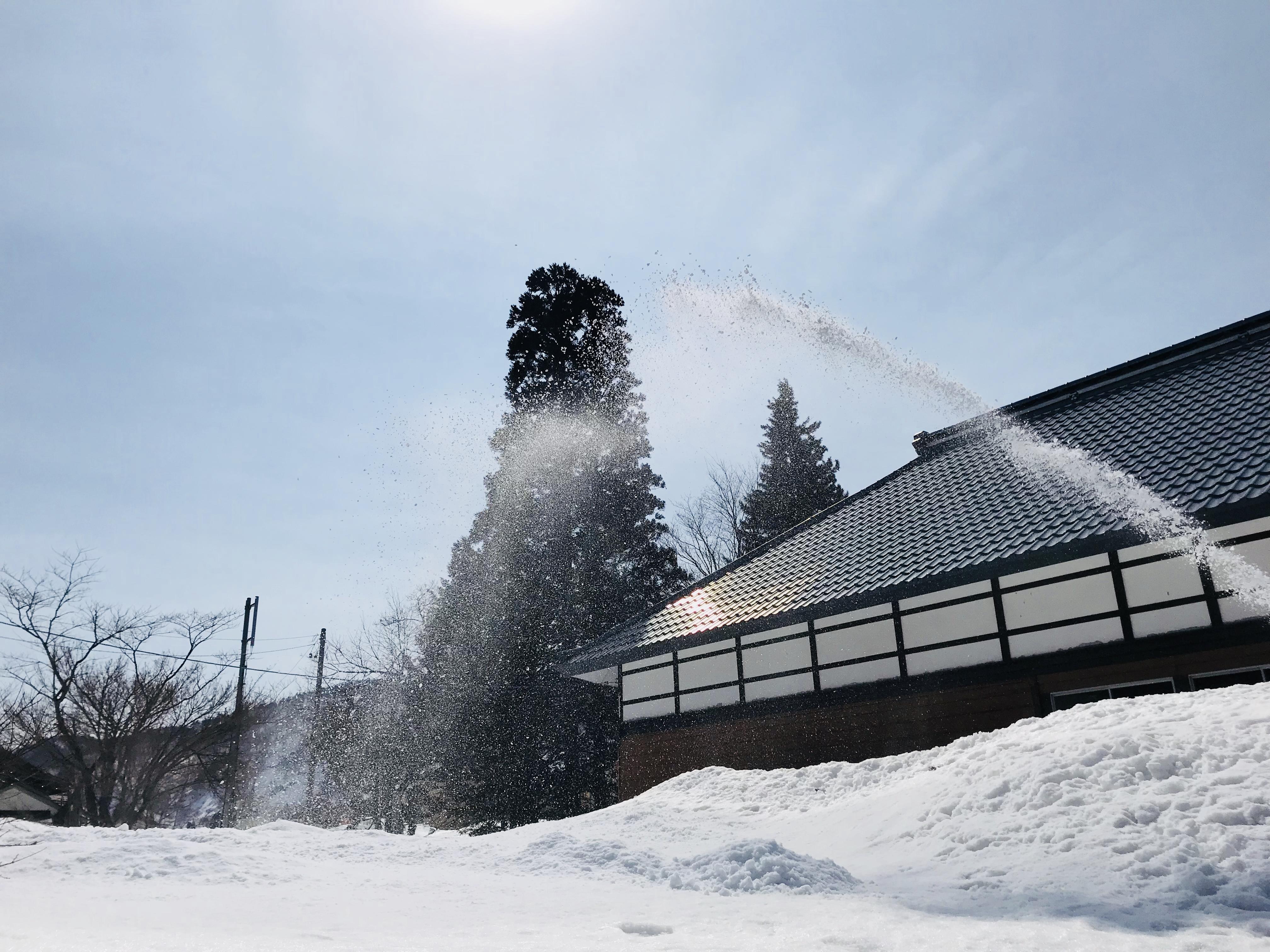 除雪機を使った除雪作業