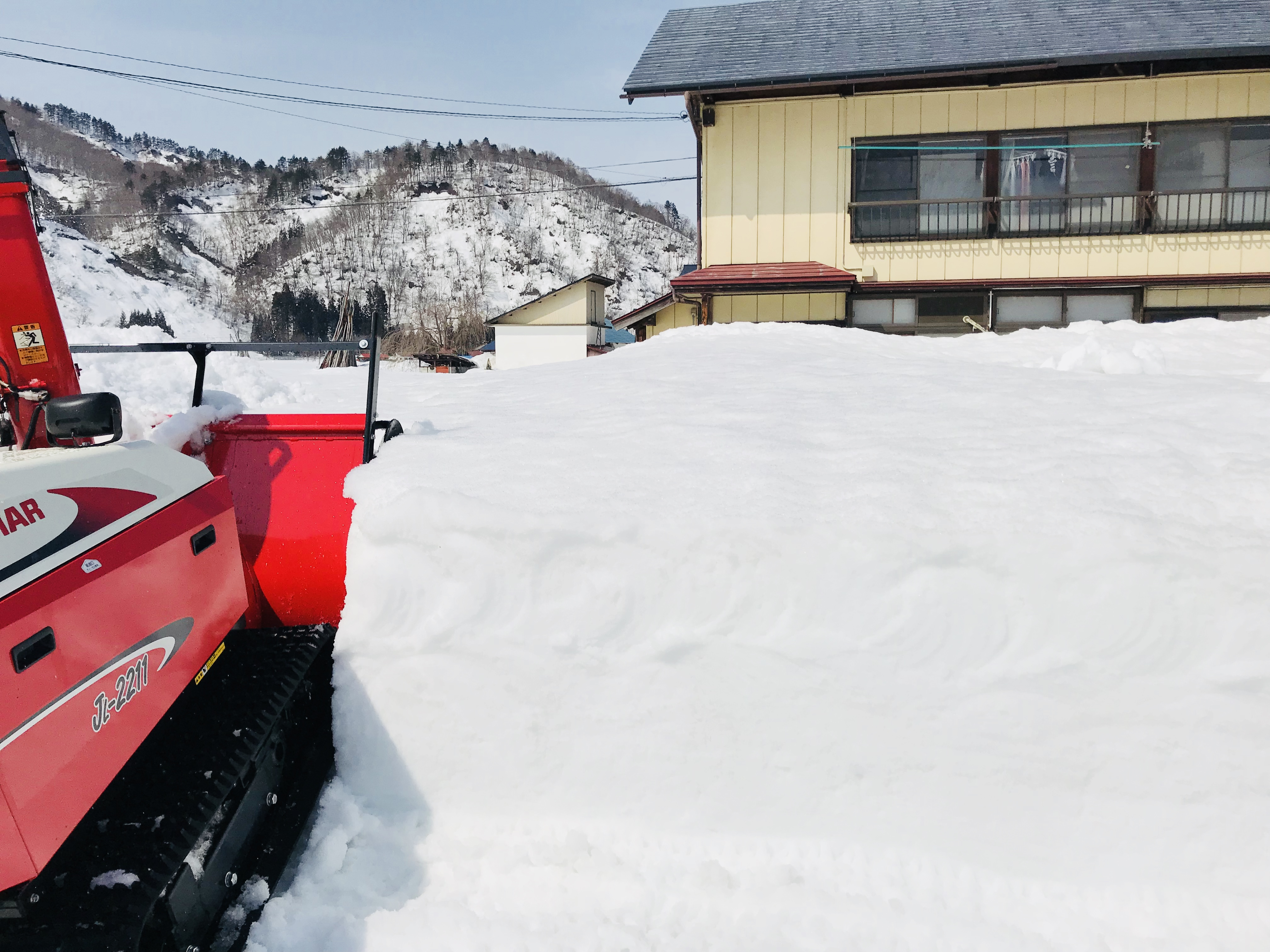 SHARE BASEの離れへの除雪作業