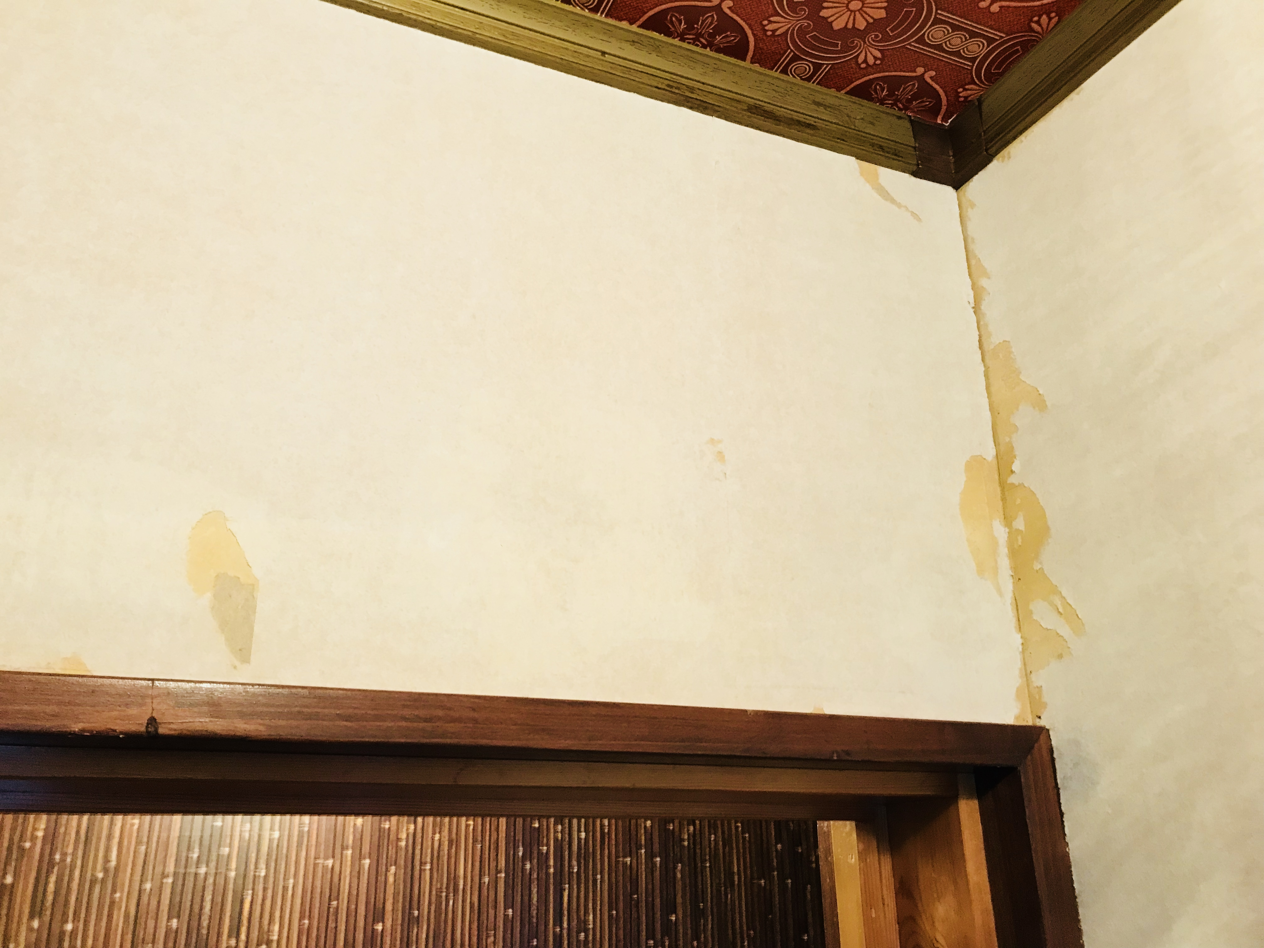 古い壁紙の剥がし方