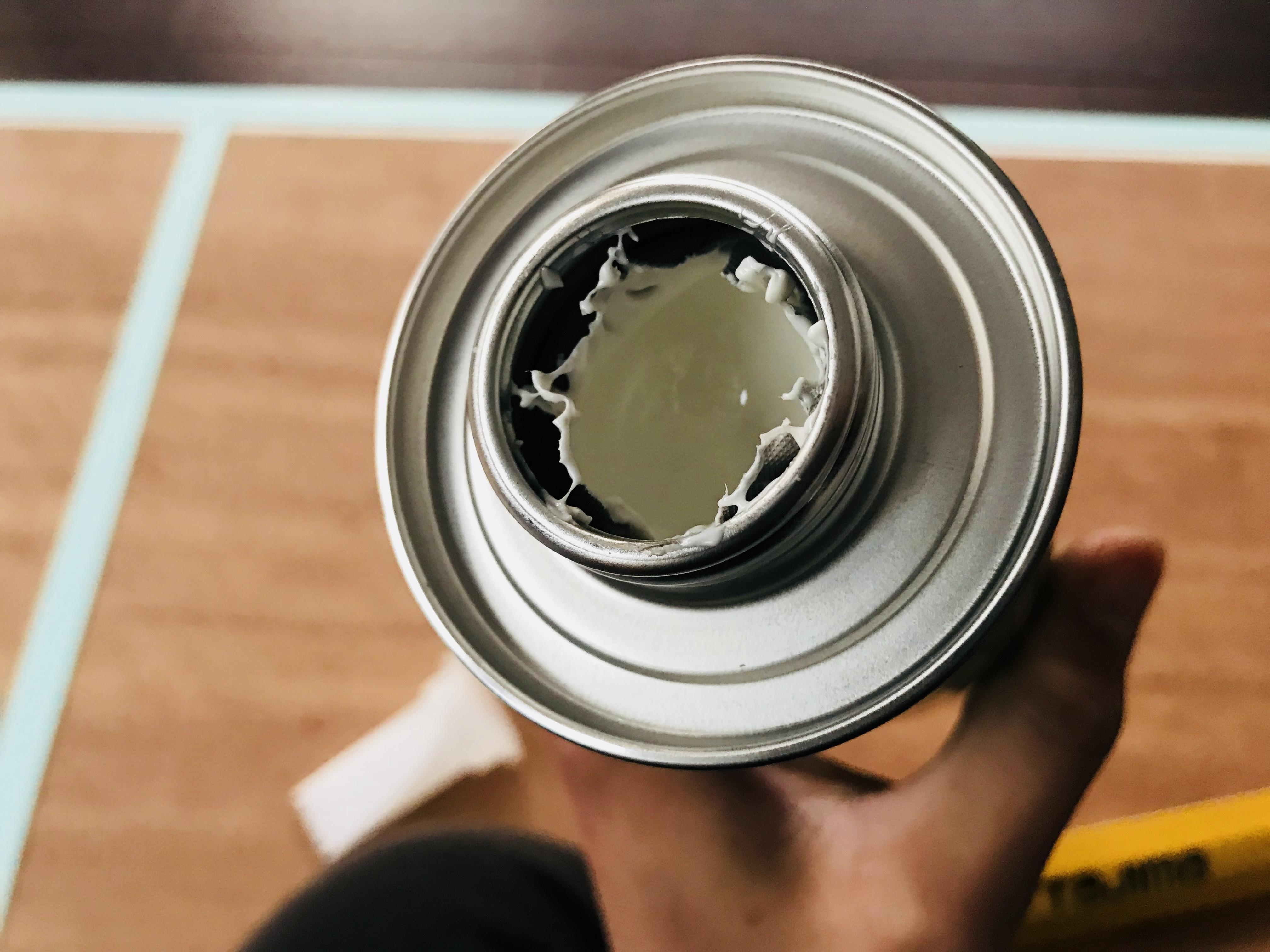 化粧合板に接着剤を塗る