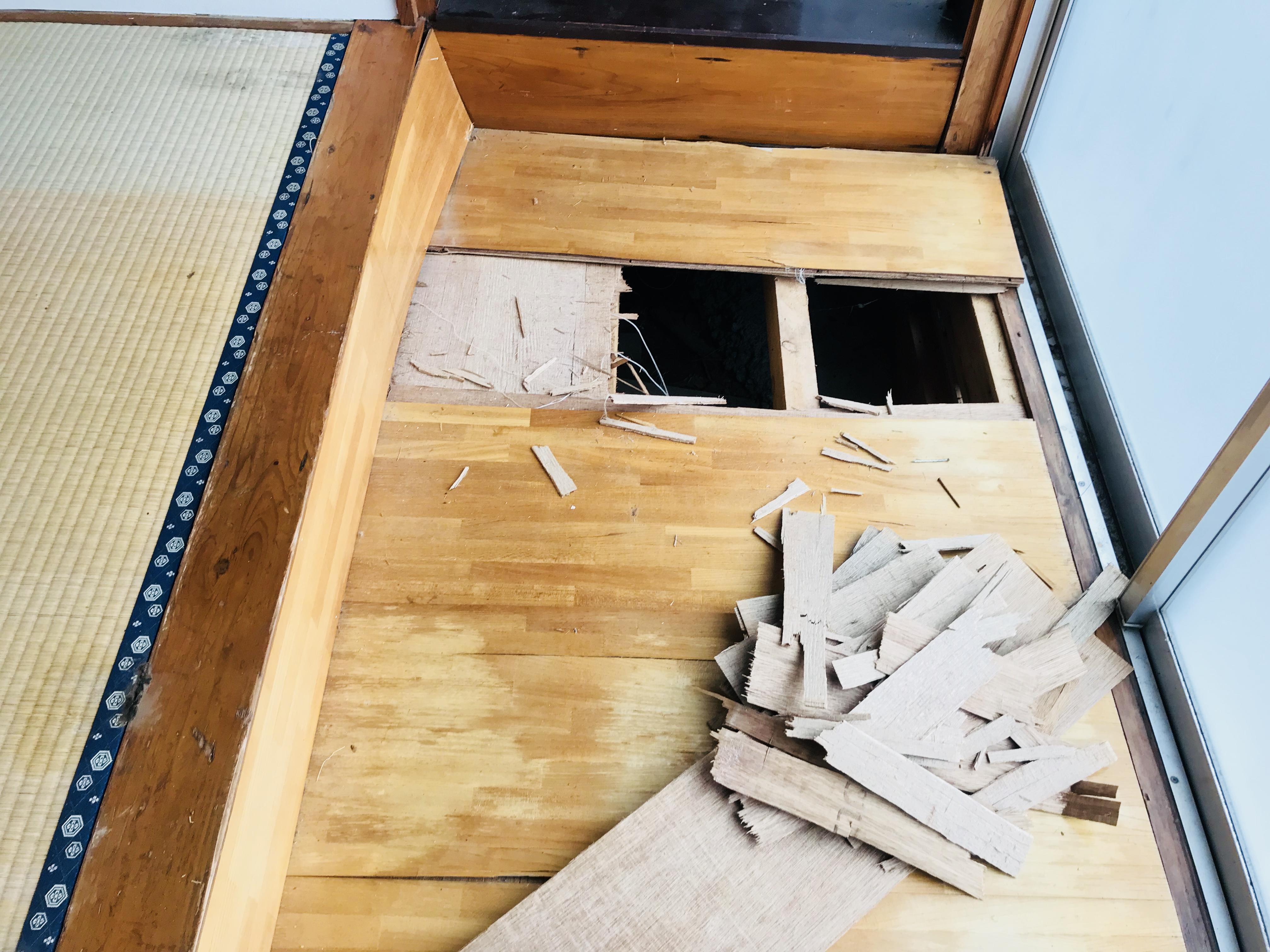 古民家の傷んだ廊下