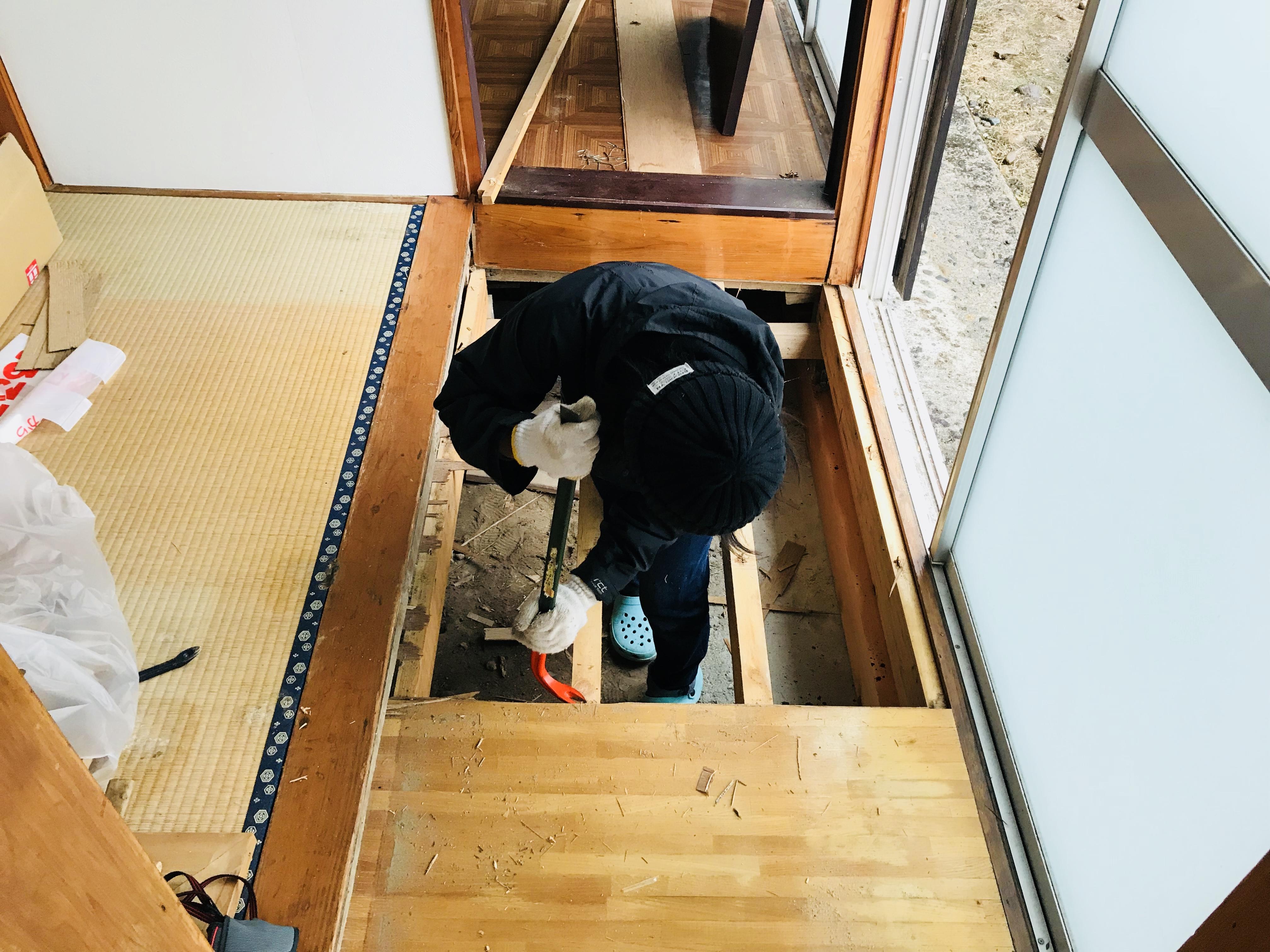 古民家の廊下の床板剥がし
