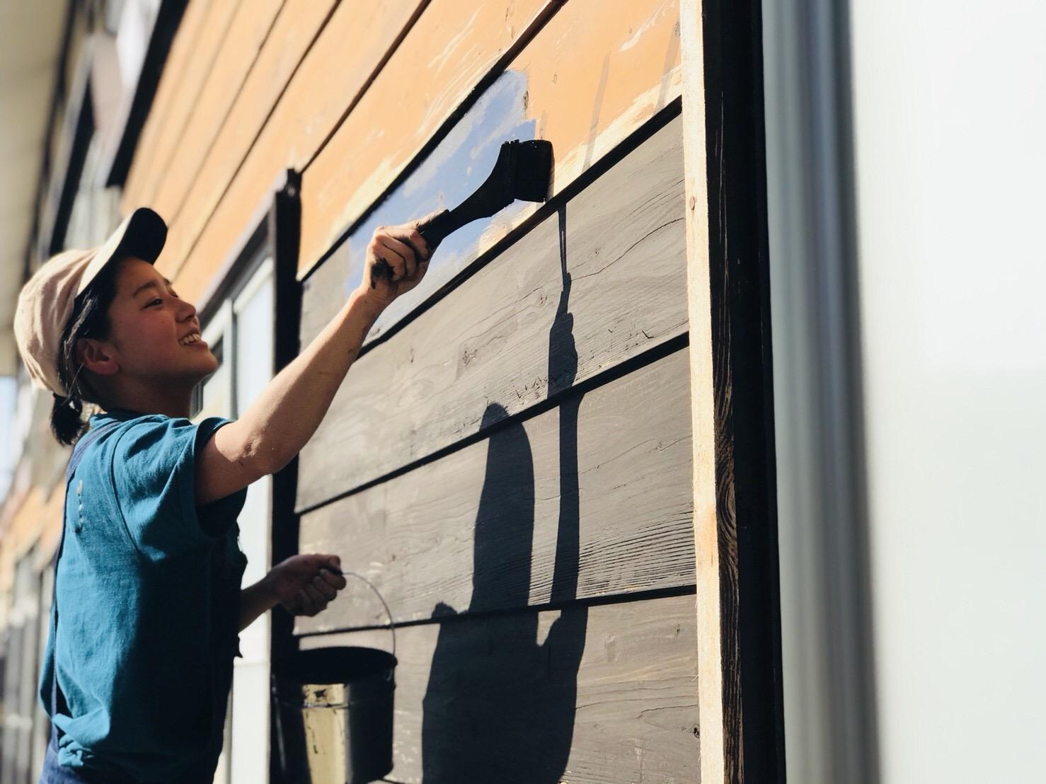 松煙と弁柄で古民家の外壁を塗装する