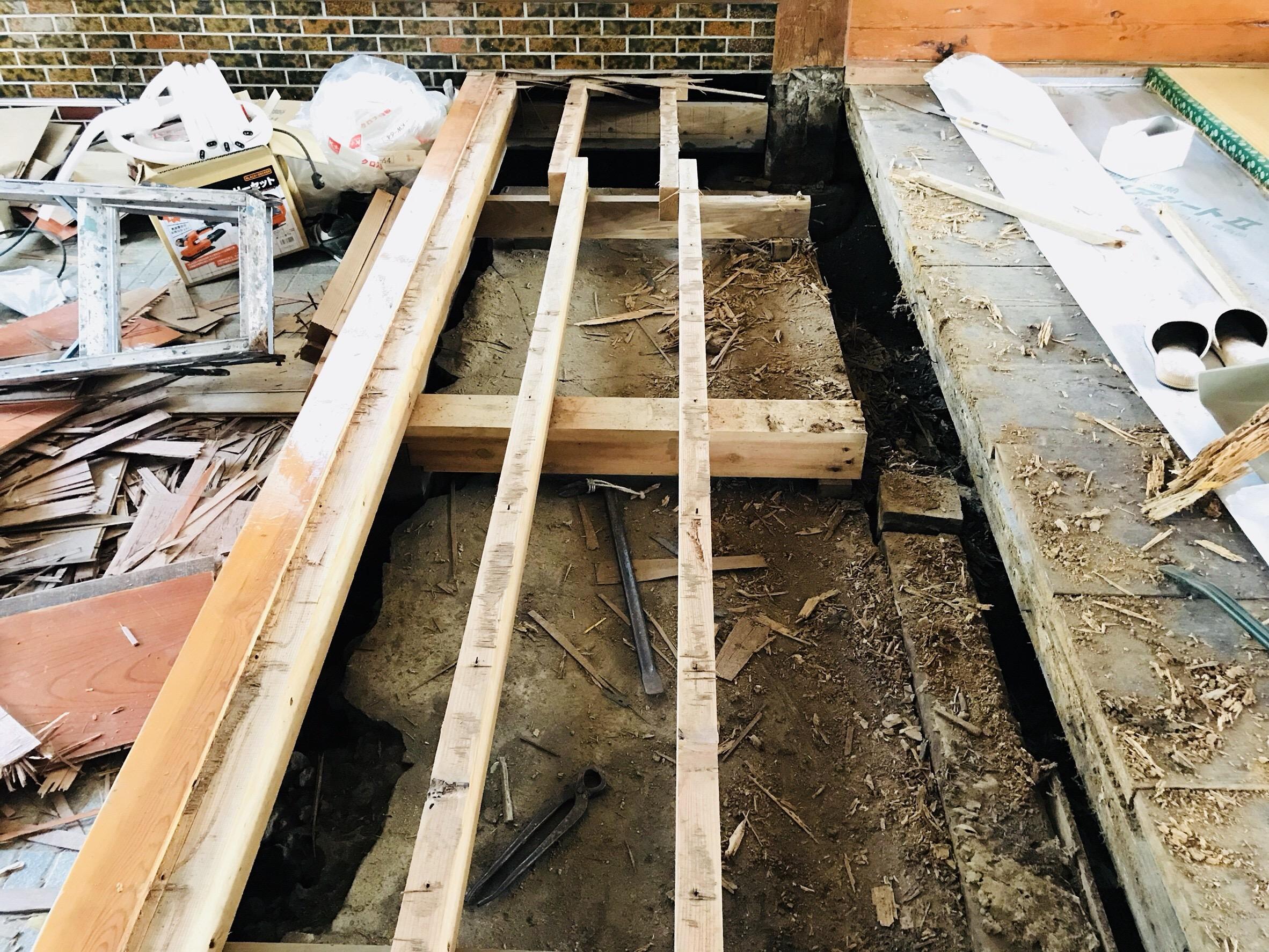 古民家の敷居の交換作業