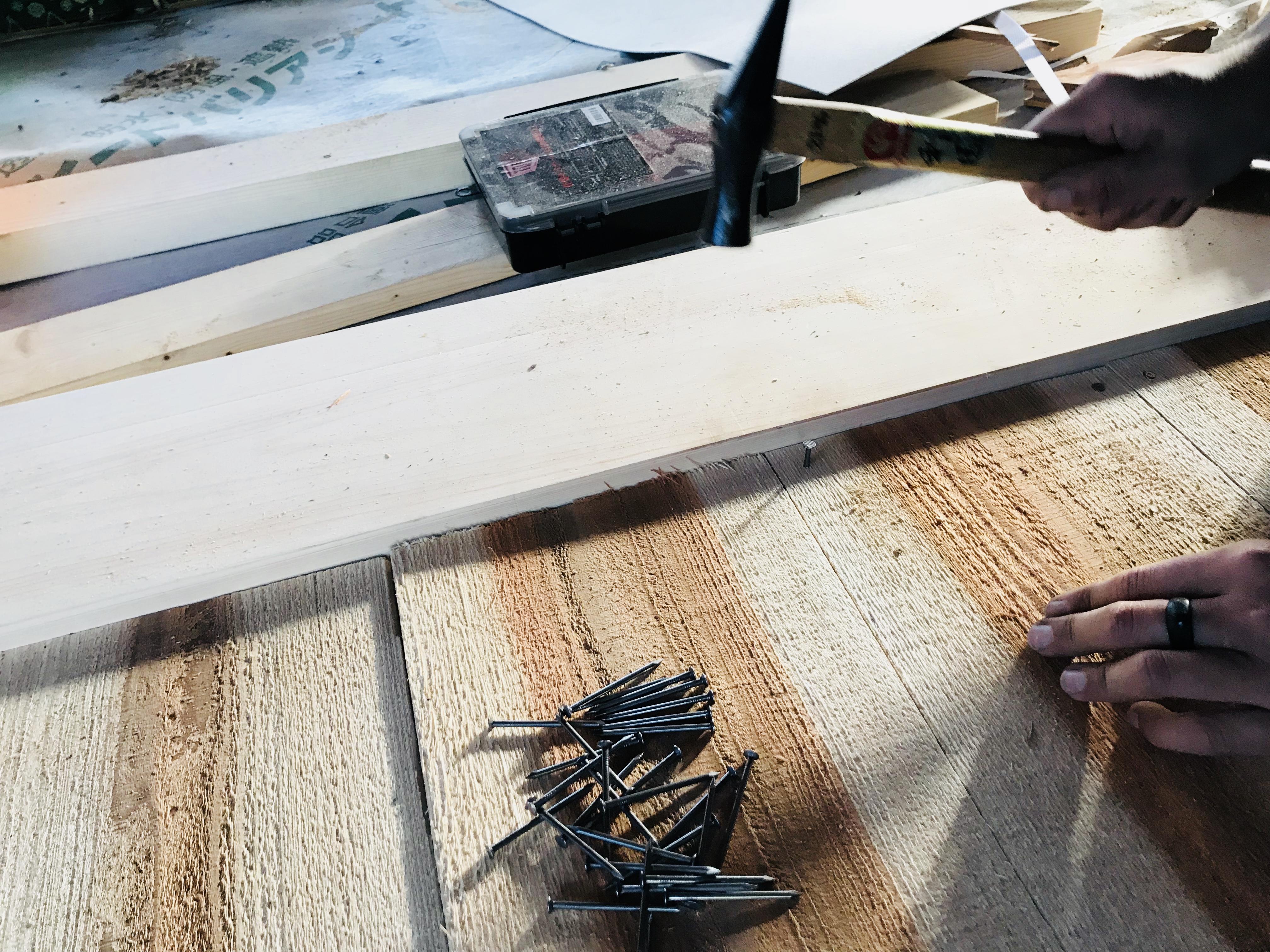 古民家の床板を釘打ち