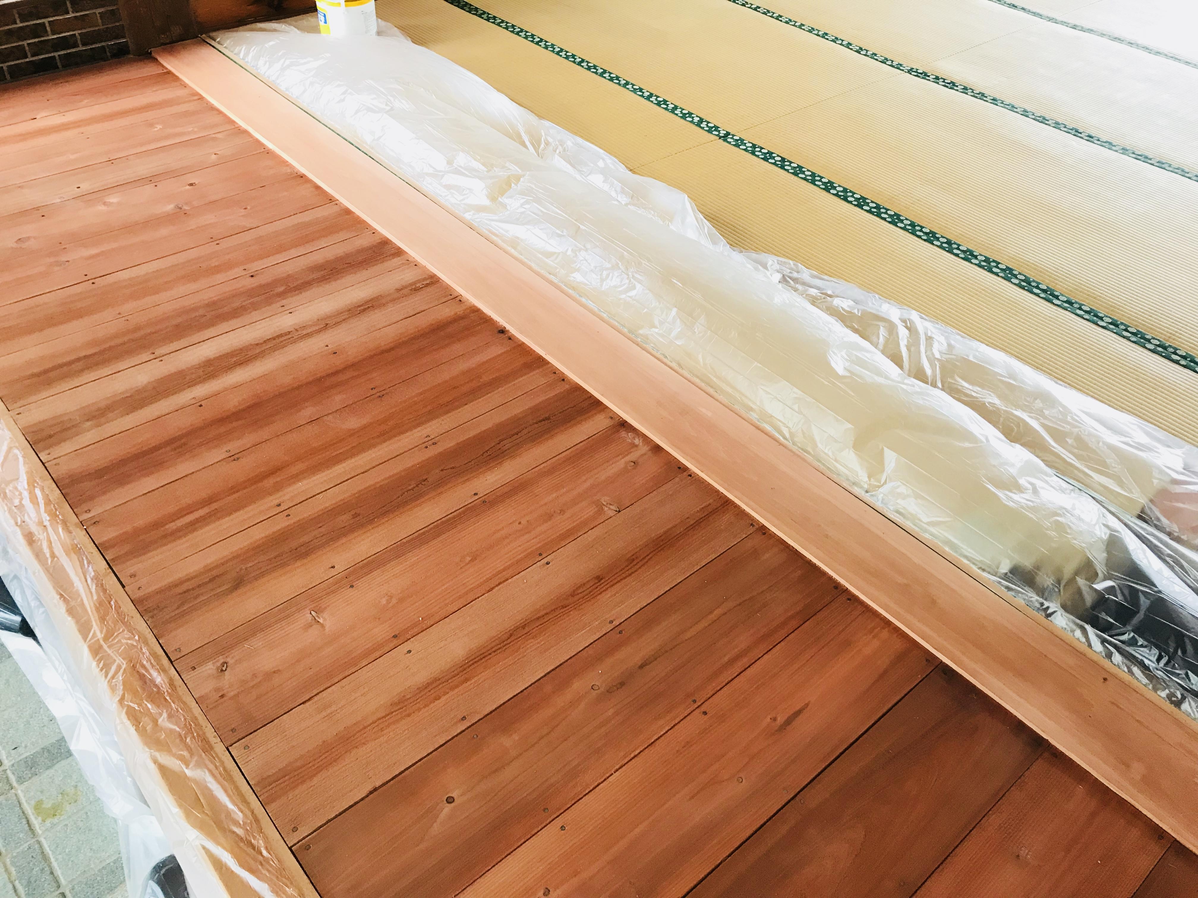 杉板に柿渋を2度塗りした状態