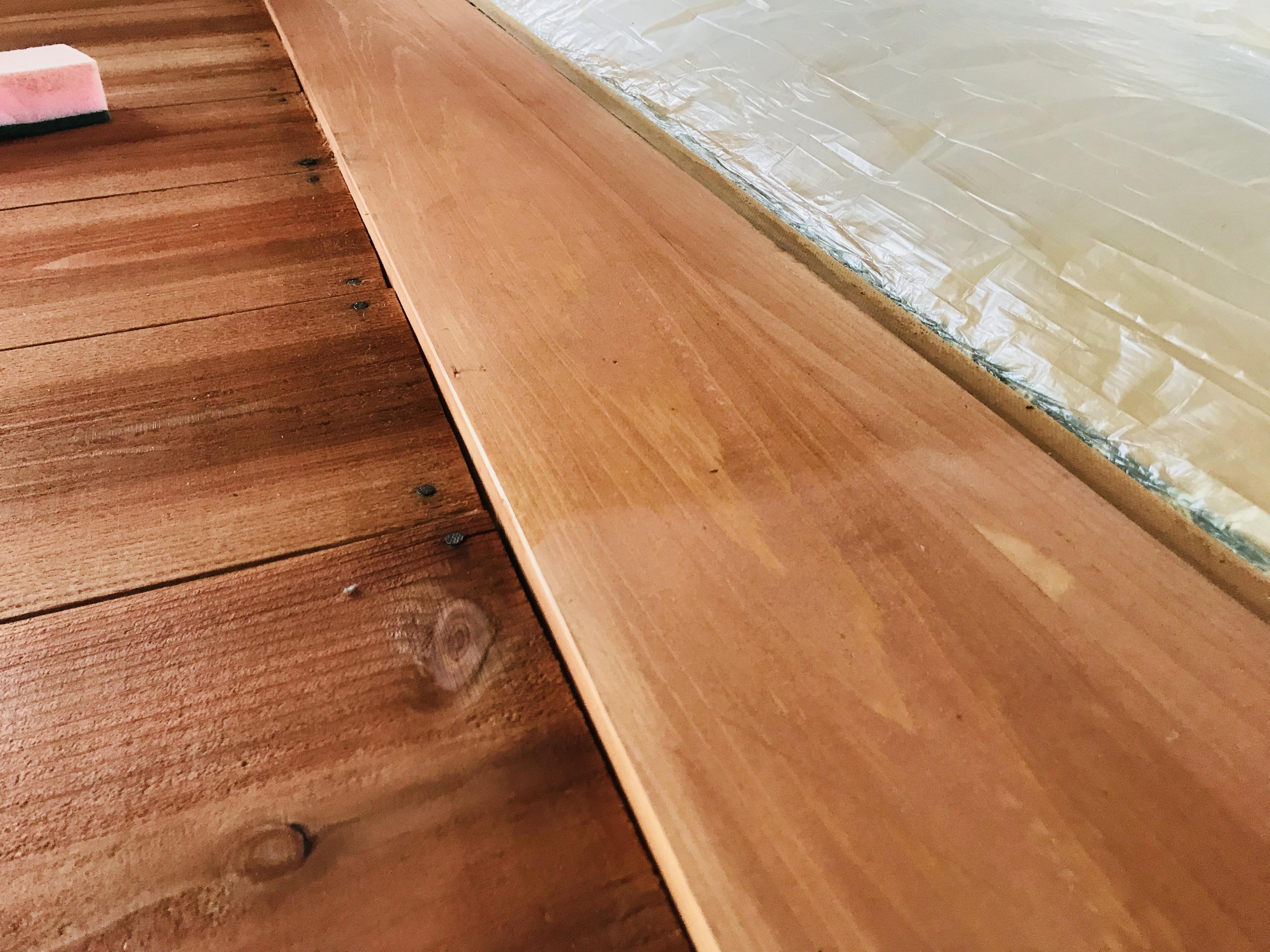 蜜蝋ワックスを木材に塗る