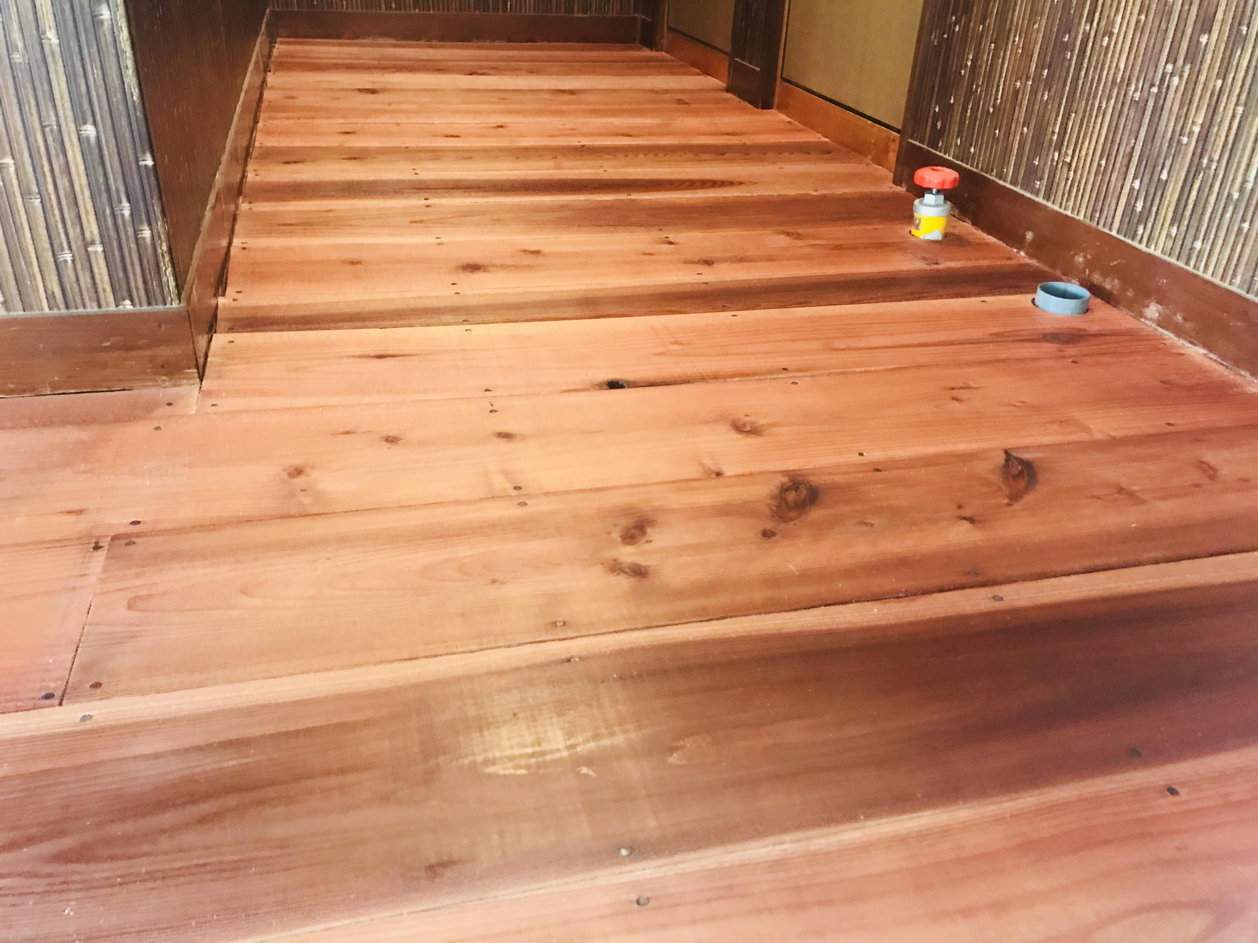古民家の床を柿渋と蜜蝋で塗装