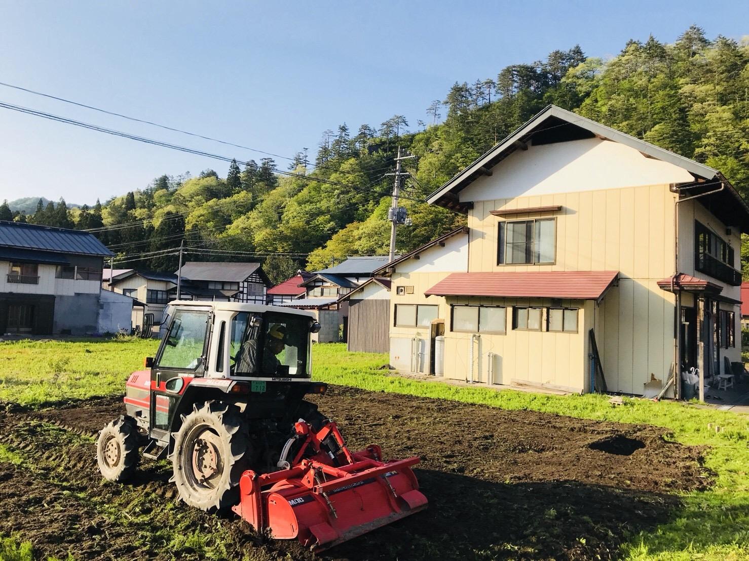 トラクターで畑を耕す