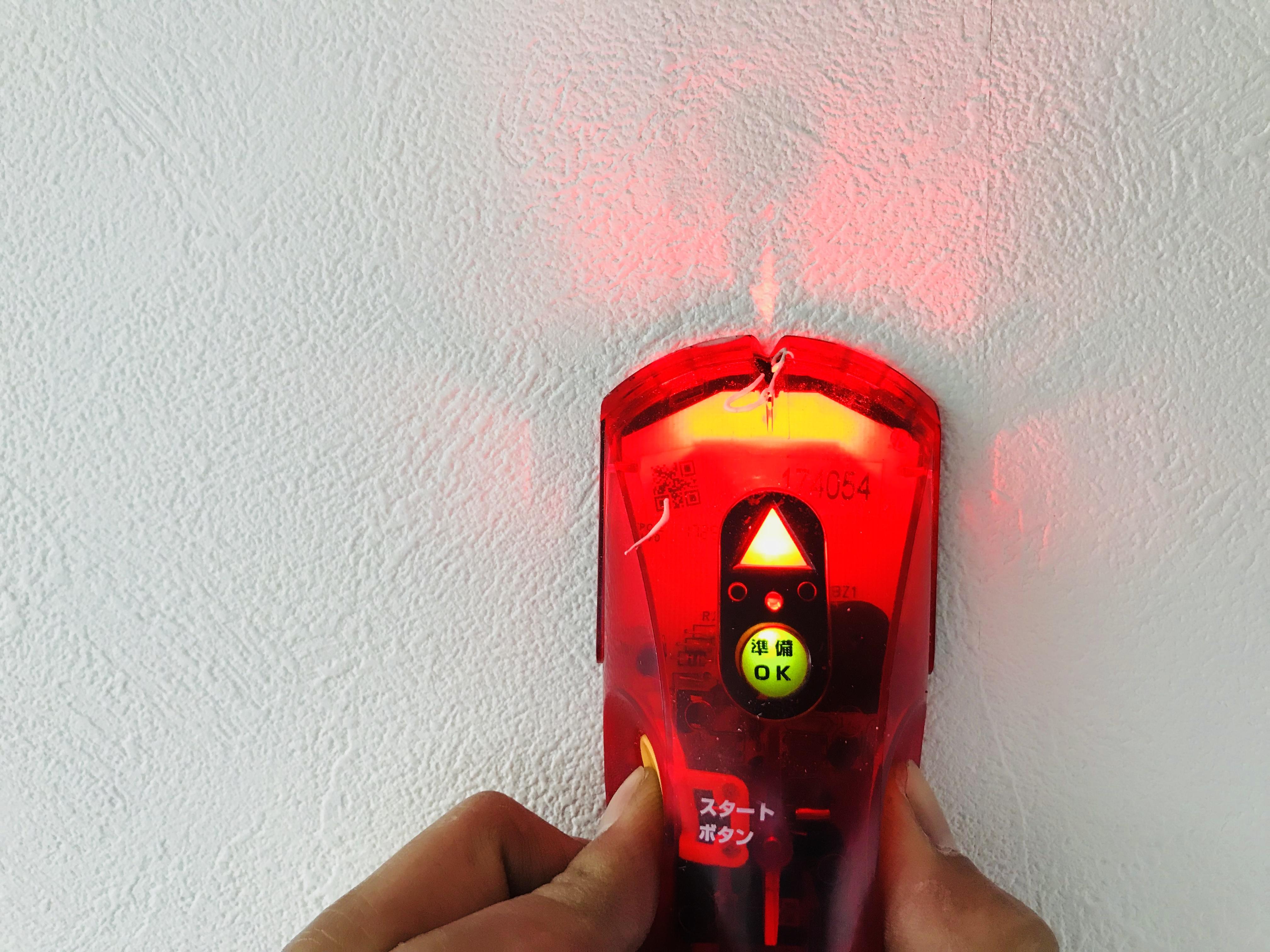 壁の下地を調べて火災報知器をつける
