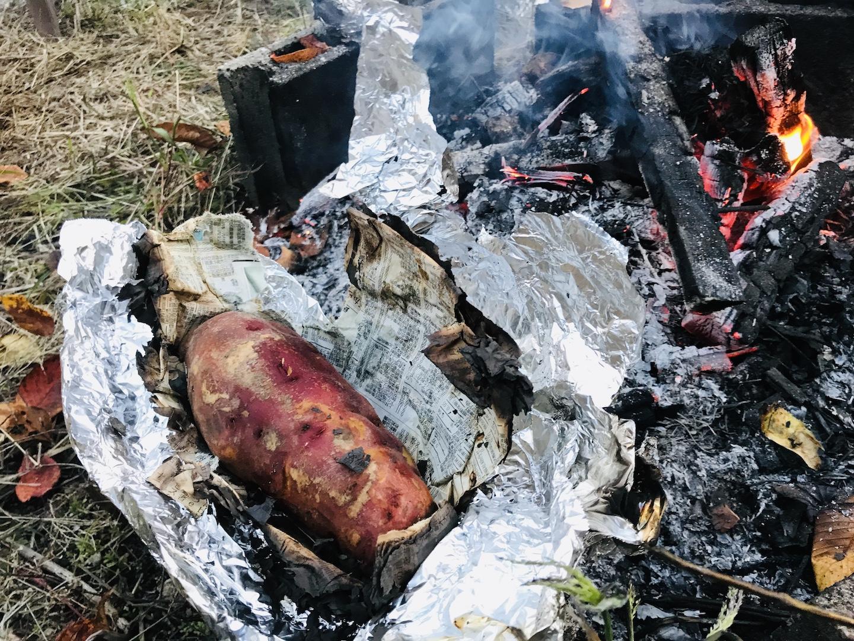 落ち葉で焼き芋を作る