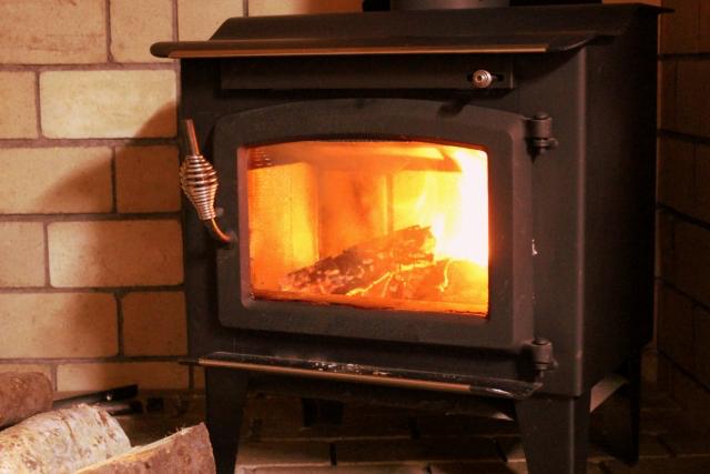 薪を燃料とする暖房
