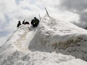 雪で作る滑り台