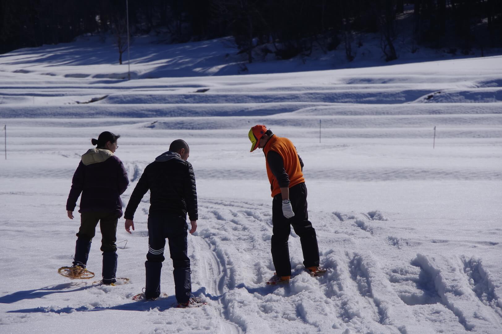 かんじきを履いて雪山を散策
