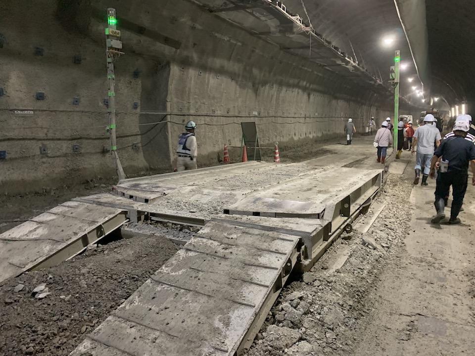 トンネルで車を方向転換する機械