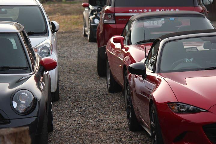 田舎の古民家と車