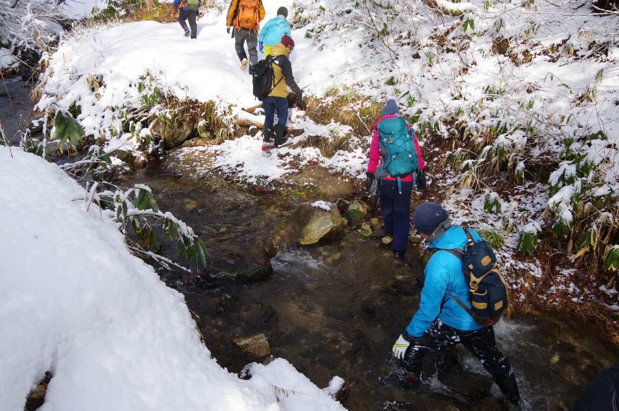 冬の雪山をトレッキング