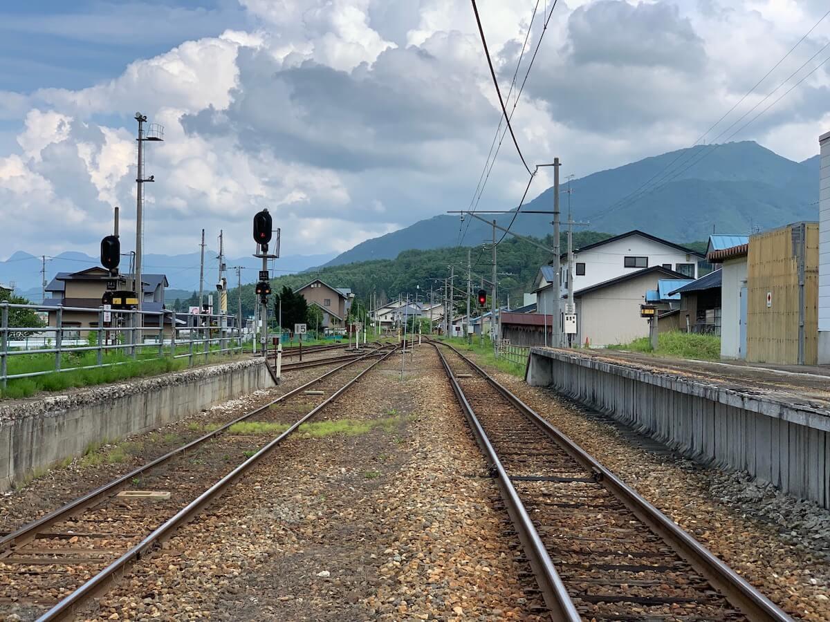 田舎の無人駅の風景