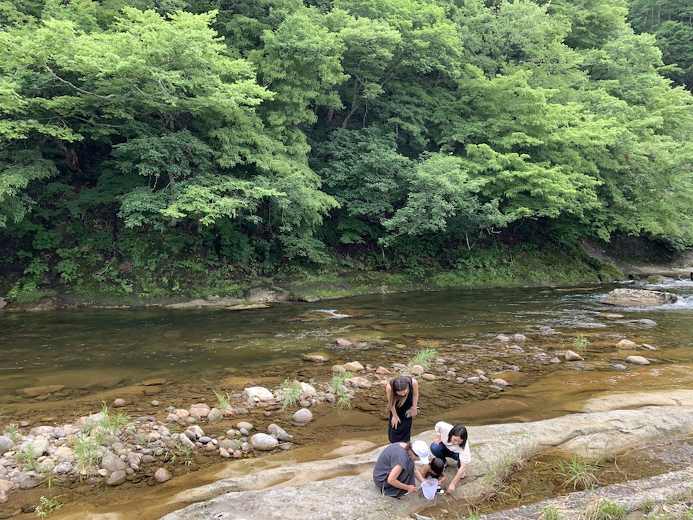 家族で川遊び