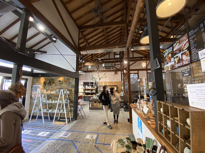 大谷石採石場跡地付近にはカフェも併設。気軽に大谷石を手に取れる。