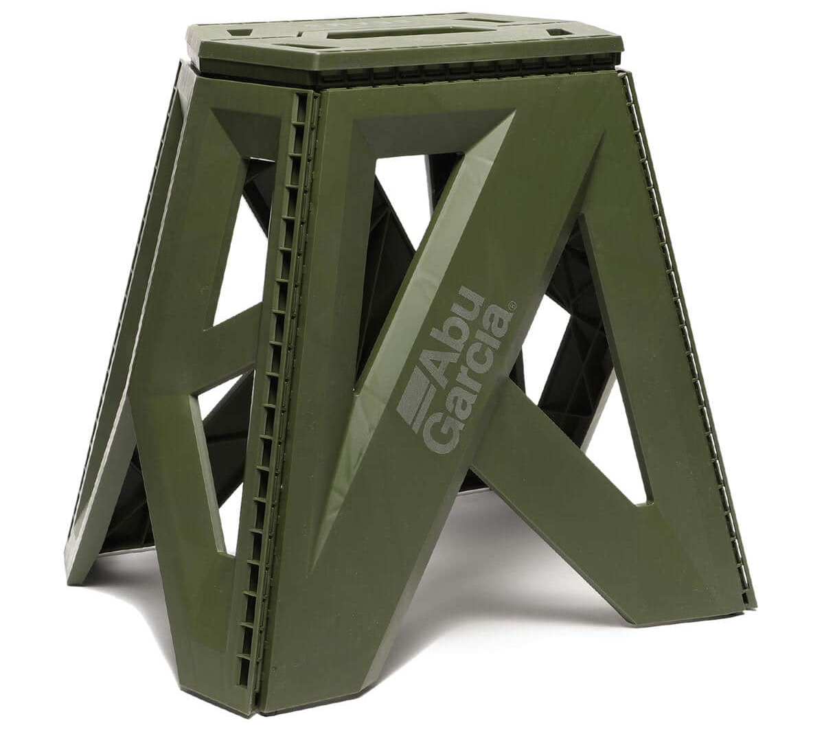 秀逸デザインはスツールとしても◎!Abu Garcia × BEAMS / 別注 Foldable Chair(OLIVE)。
