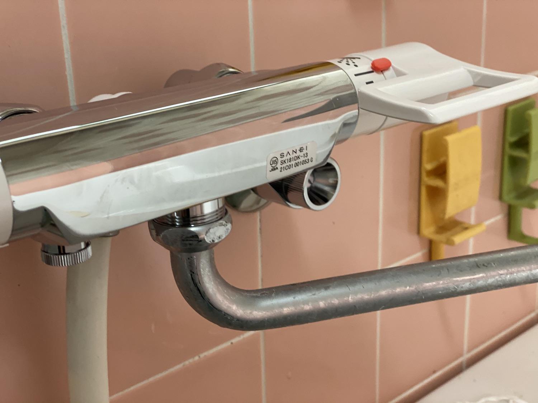 通水して水漏れがないか確認。シャワーや蛇口を取り付ける。
