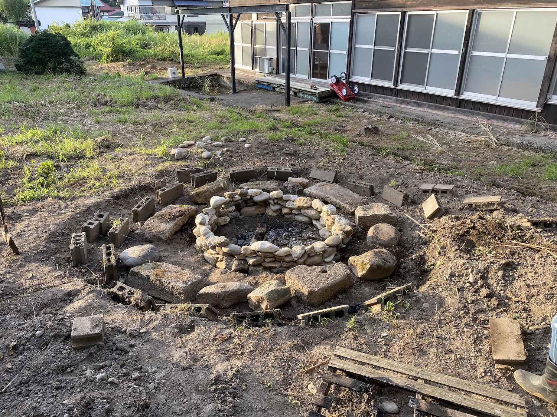 埋まっていた石を並べて周辺をデザインする。