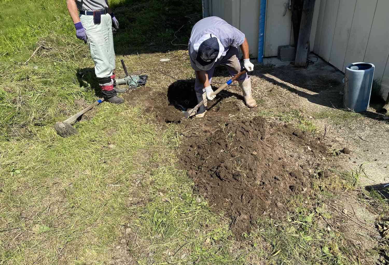 コンクリートを破壊! 地中の水道管から地上に管を立ち上げて設置。