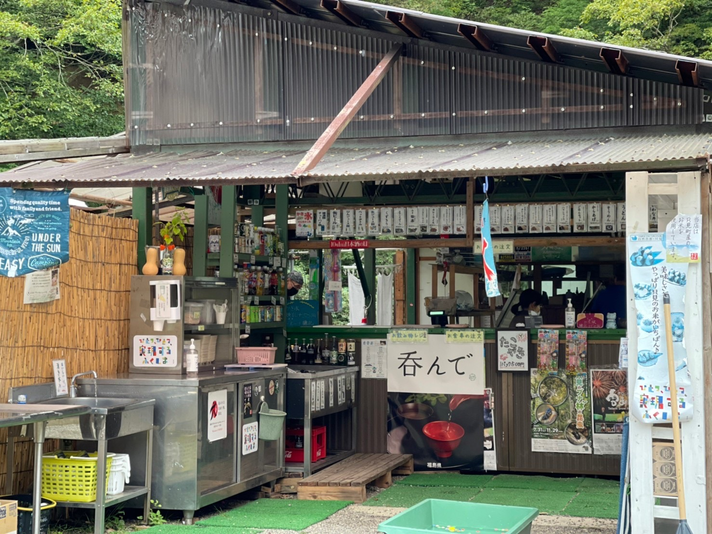 福島県只見町の自然に囲まれた釣り堀「いわなの里」。