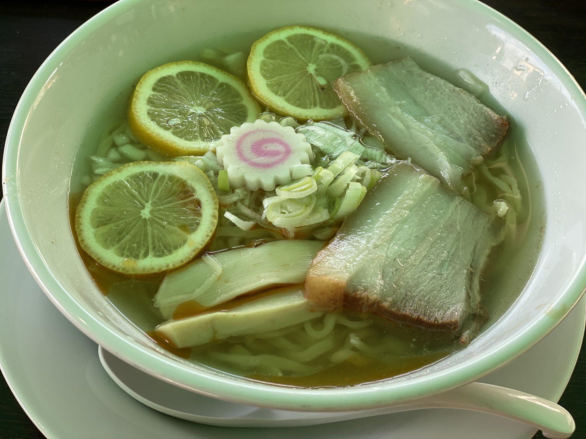 さっぱり食べれる塩の本格派「会津山塩レモンラーメン」。